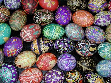 grupo de huevos pintados