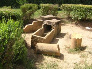 Tumbas romanas del pertenecientes  a una Villa Romana sel siglo I relacionada con la minería, sobre la que se edificó el reciento de la antigua Venta de Guarromán. La tumbas aparecieron mientras se consruía la piscina municipal.