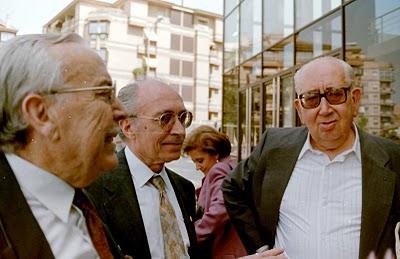 Juan Sánchez Caballero, en el centro, entre quien fuera alcalde de Linares Tomás Reyes Godoy (izq.) y Alberto López Poveda, biógrafo del guitarrista Andrés Segovia.