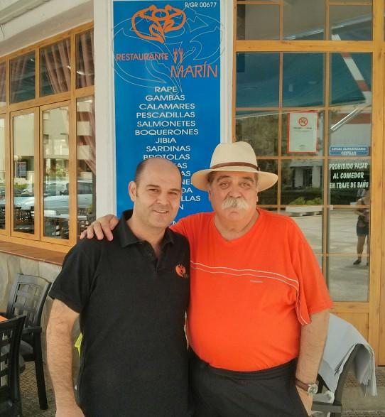 Con Zacarias Marín, mi tabernero de cabecera en Salobreña.