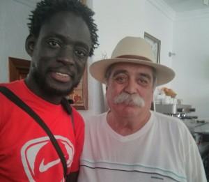 """Con Abdou, que no le gusta el tinto de verano, pero vende """"sonrisas"""" de Nike."""
