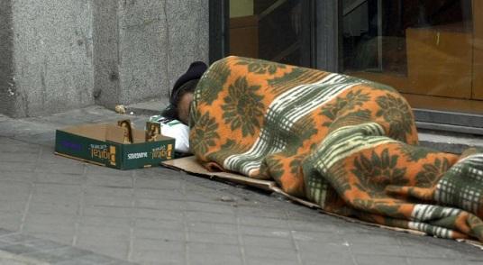 03/09/2010 Mendigo durmiendo en las calles de Madrid. Los problemas cardiorrespiratorios representan una amenaza mayor que las congelaciones para los 'sin techo', según ha asegurado a Europa Press el secretario general de la Sociedad Española de Medicina de Familia y Comunitaria (SEMFYC), el doctor Salvador Tranche. SALUD MADRID SOCIEDAD EUROPA PRESS/AYUNTAMIENTO DE MADRID