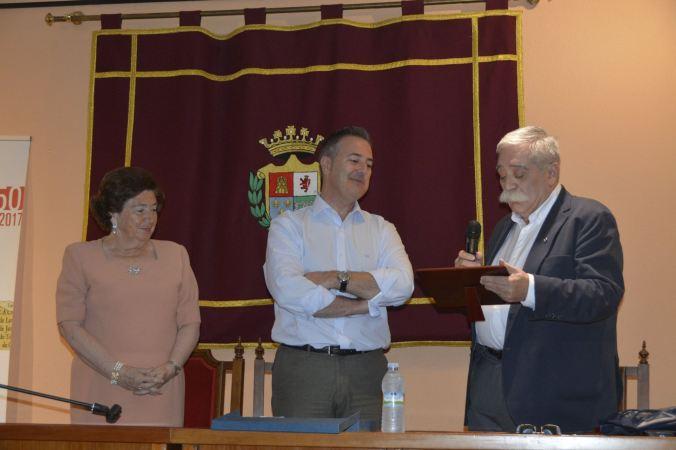 AGUEDA ALCALDE Y CRONISTA CON PLACA